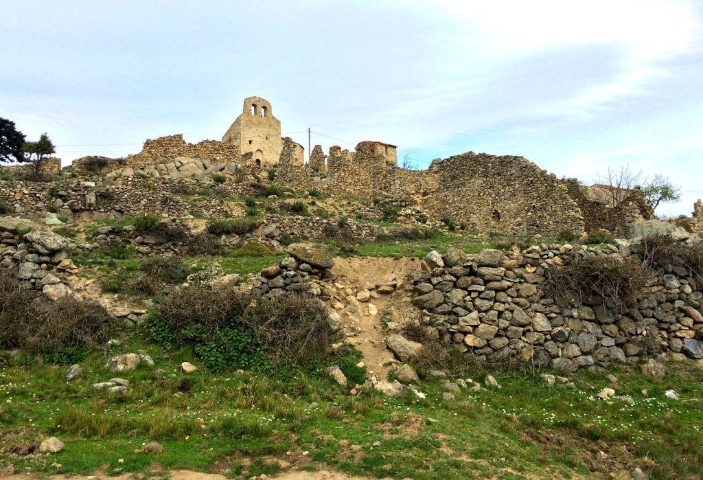 village en ruines de Cômes, à une heure de marche au dessus d'Eus