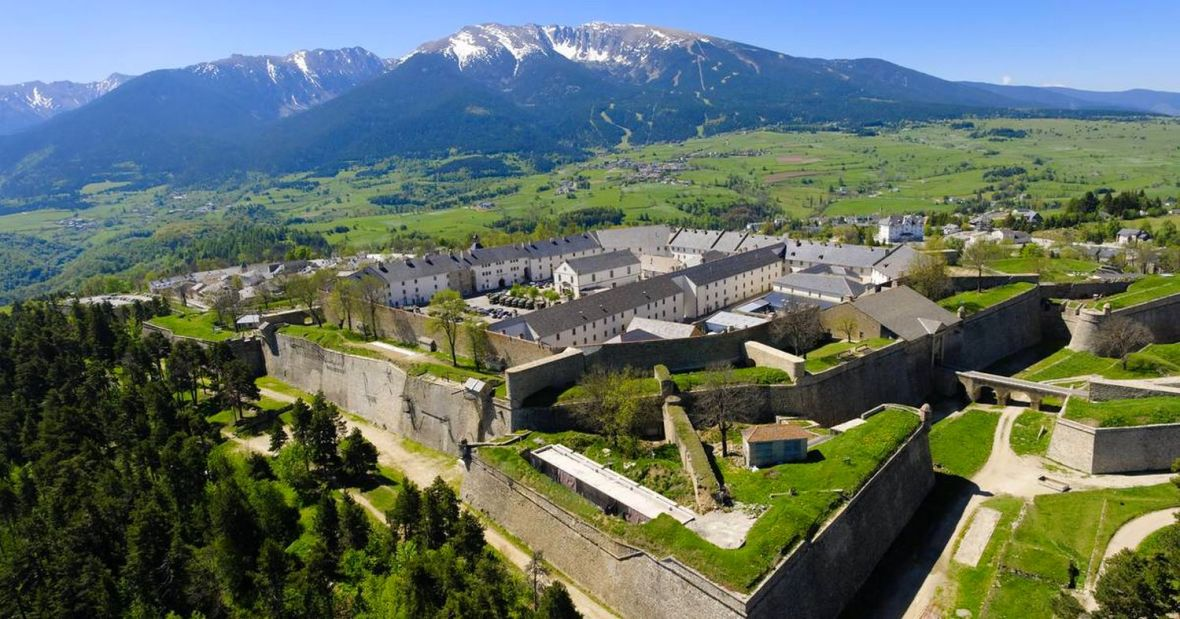 Citadelle de Mont Louis et accès au plateau de Cerdagne face au Cambre d'Aze