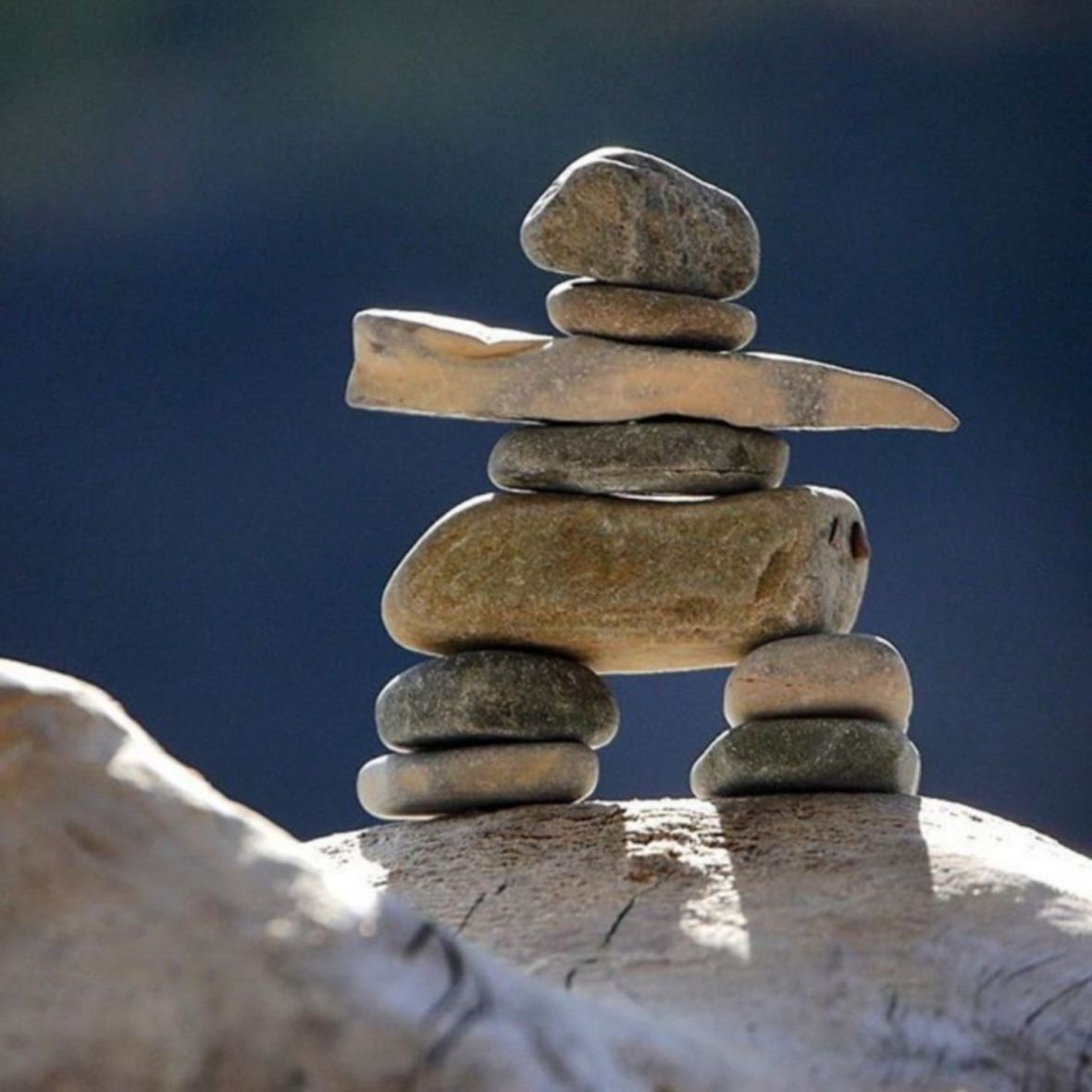 inukshuk art mégalitique stone balance