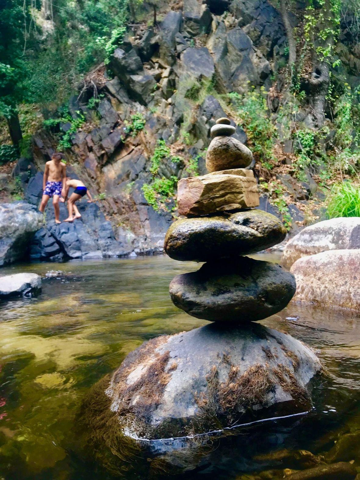 pratique stone balancing empilement de cailloux rockbalancing Stone Balancing - Spot de Jeux d'équilibres éphémères