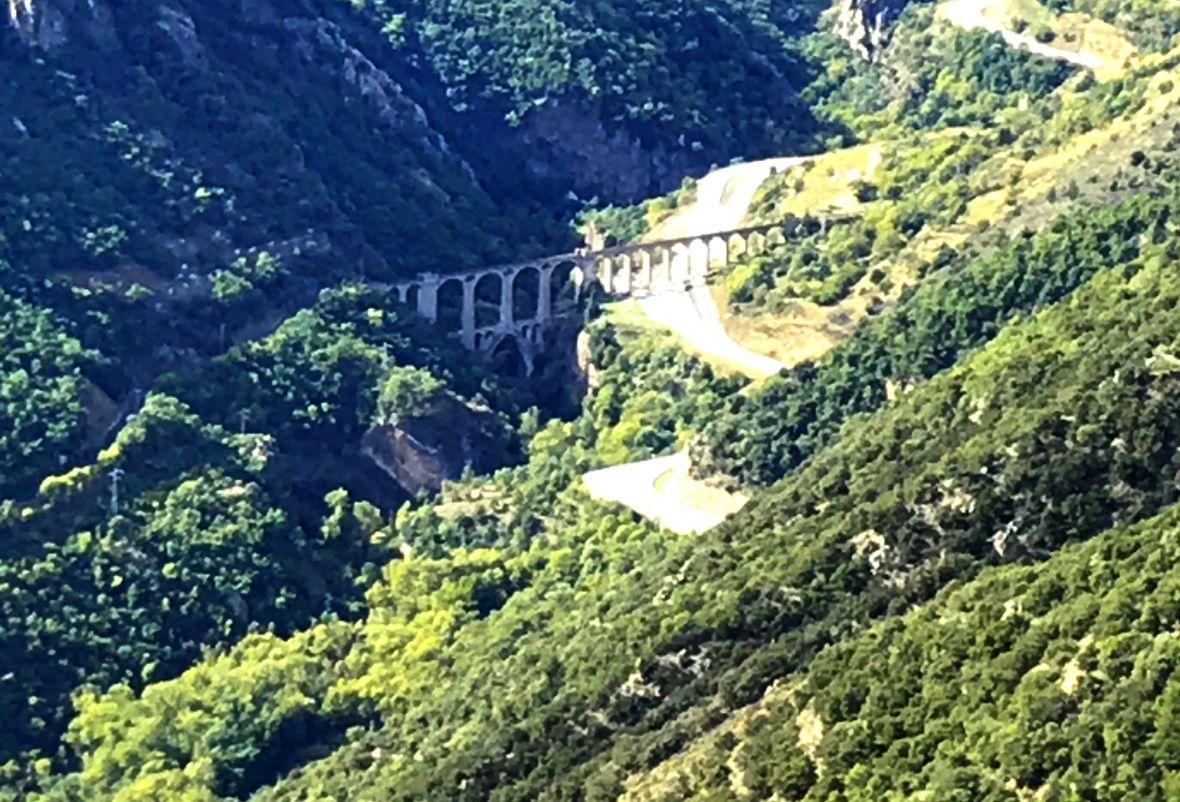Vue sur la vallée de la Têt la RN116 et le pont Séjourné