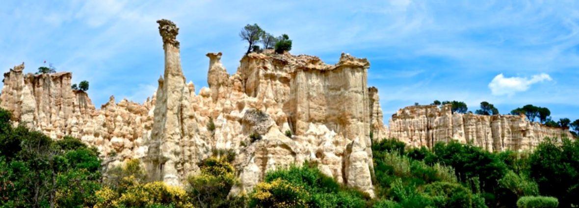 Les Orgues d'ille sur Têt avec en fond les neiges du Canigou visite cheminée fée desert bardénas france