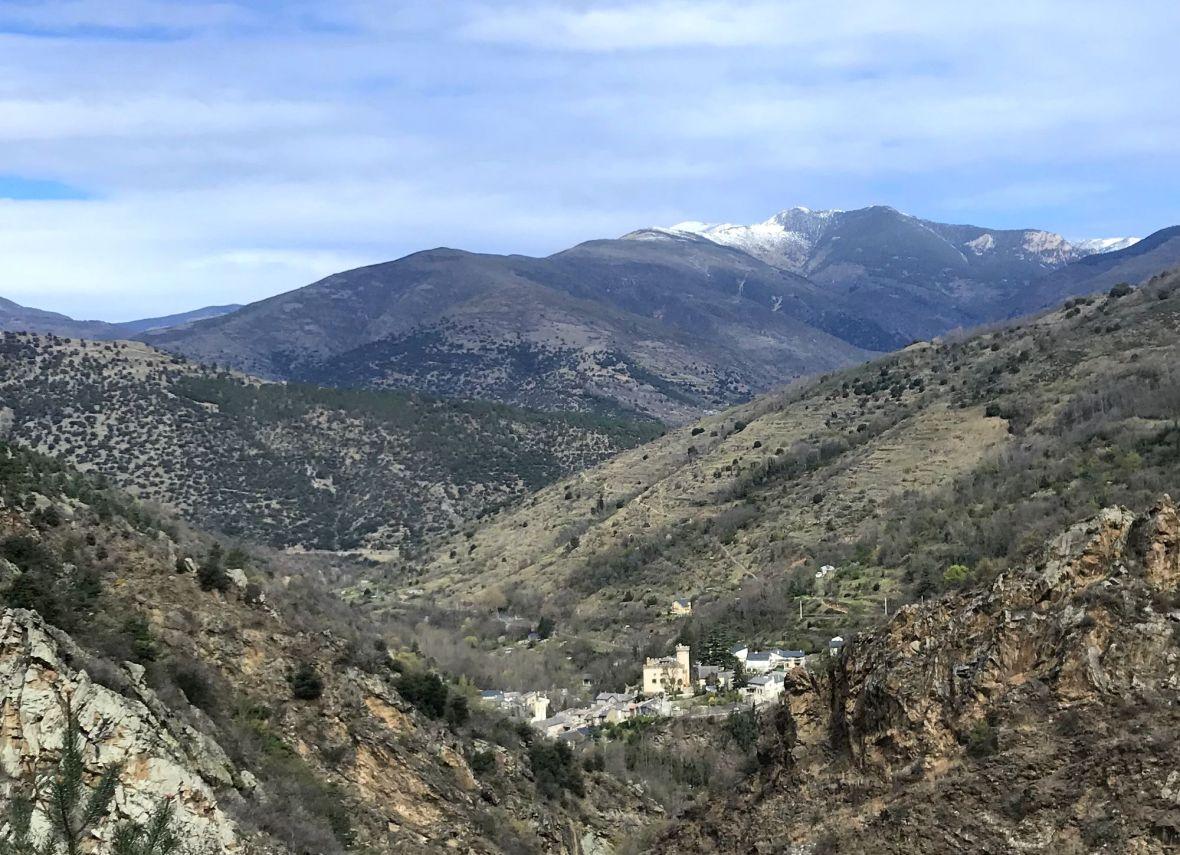 Le village de Nyer avec au loin le pic de la Pelade - Massif du Madres