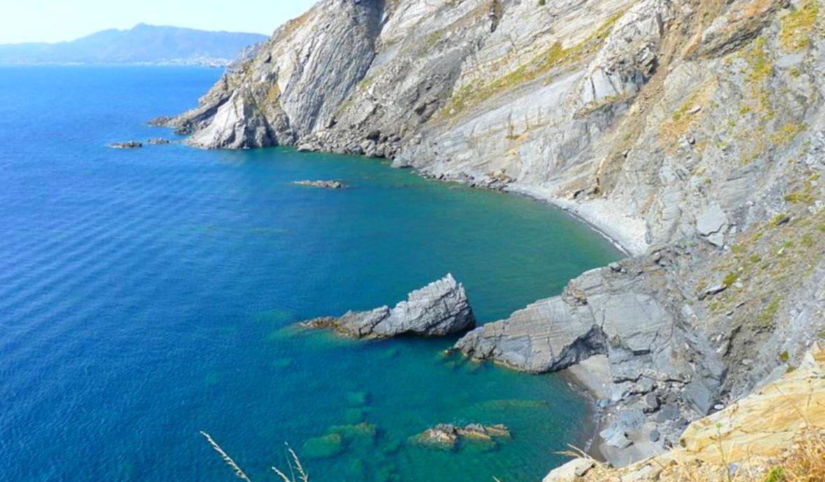 plage de Cerbère - Crique sauvage et déserte du minerai accès bateau secrète