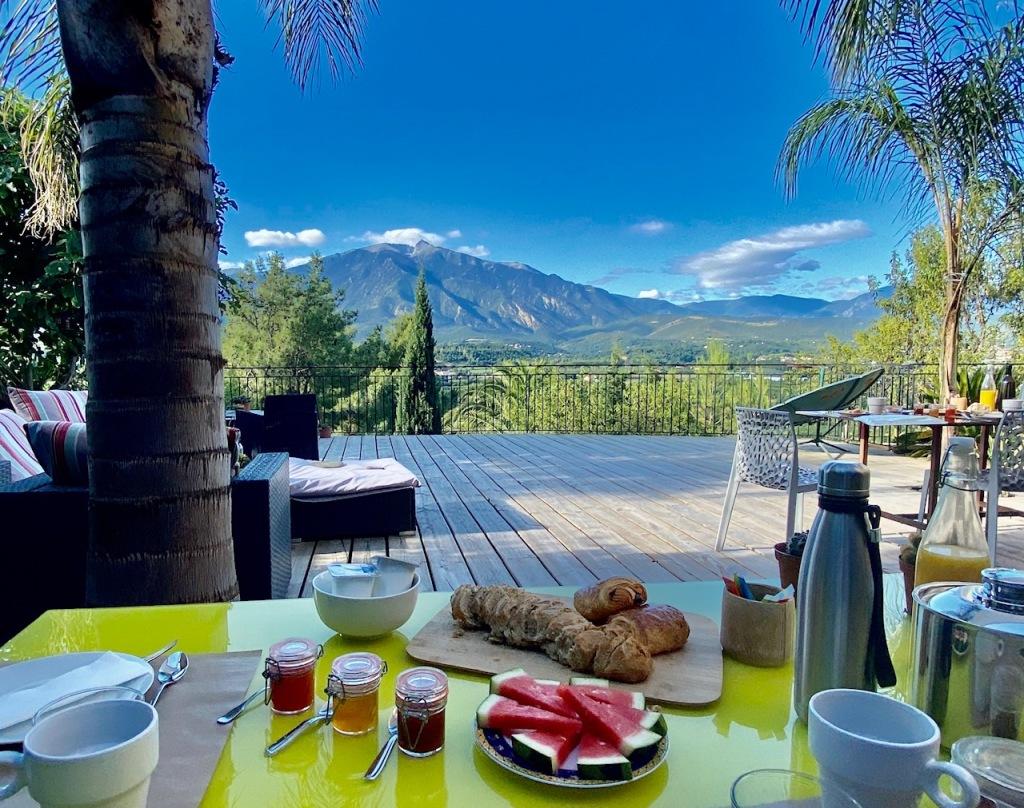petit dejeuner terrasse canigou casa ilicia pain maison confiture solaire