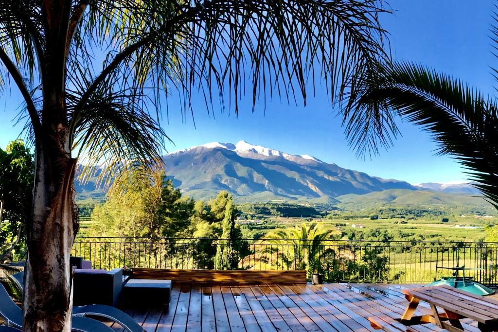 Terrasse de la Casa ilicia et sa vue unique sur le Canigou maison hotes hotel canigou