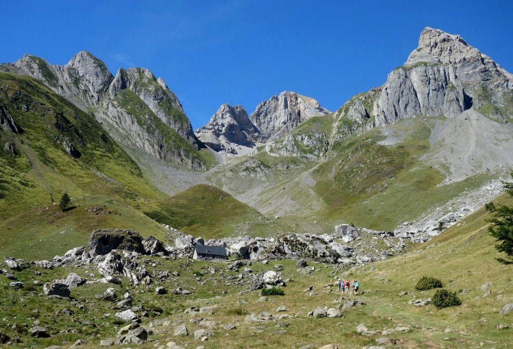 les cabanes d'Ansabière au dessus de Lescun dans la vallée d'Aspe Pyrénées Atlantiques théatre du final de tout le bleu du ciel de mélissa da costa