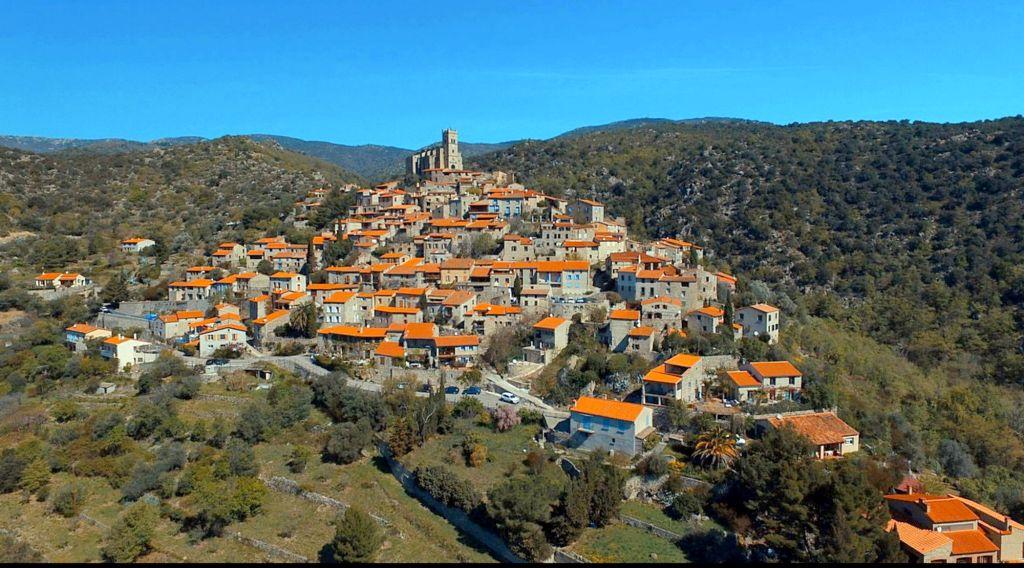 Roadtrip dans les Pyrénées Orientales, Eus un village central et incontournable voyage en van aménagé camping car gite maison hotes ecogite