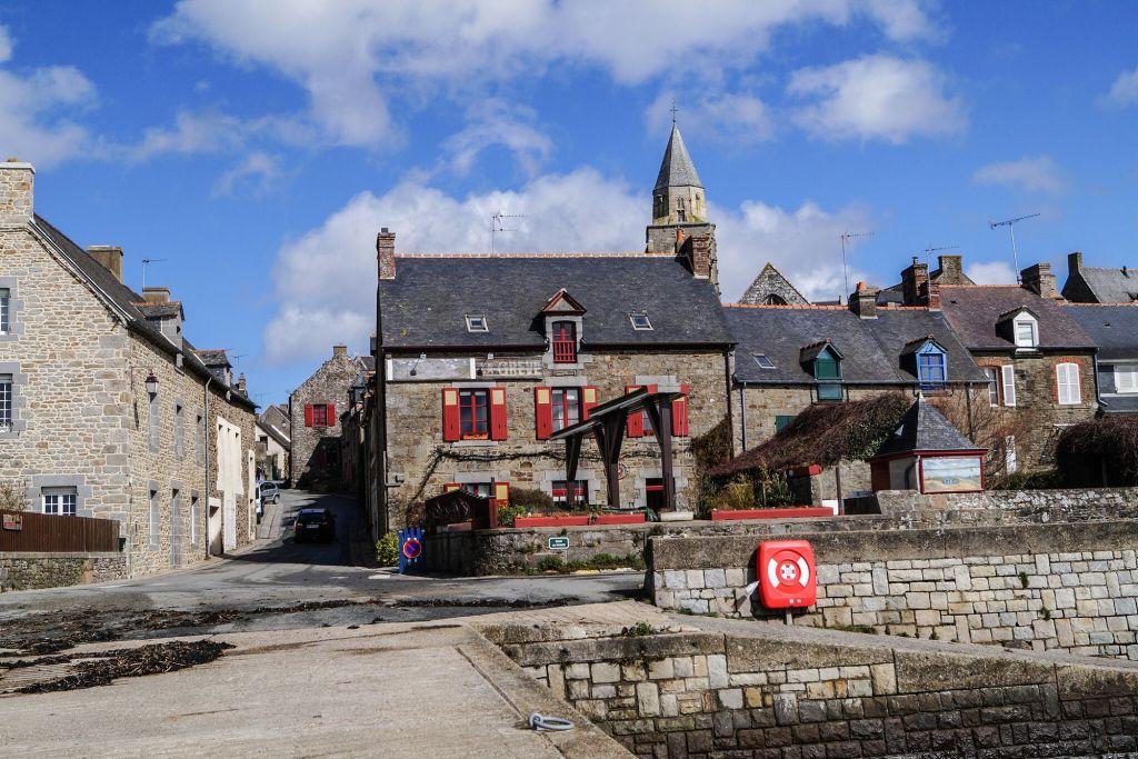 Le village de Saint Suliac école primaire village natal de Joanne dans le livre de melissa da costa