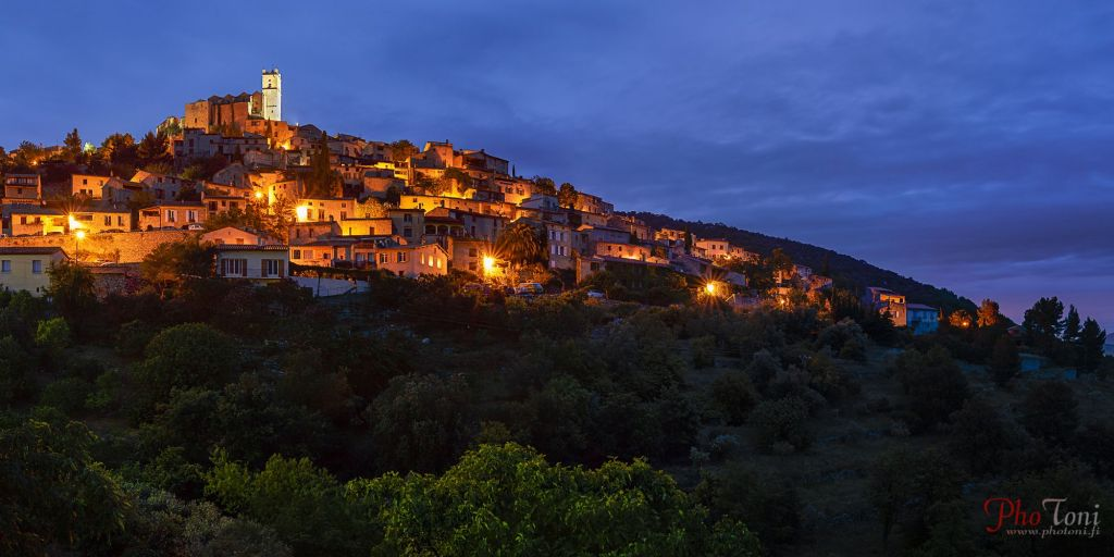le village typique d'Eus la nuit