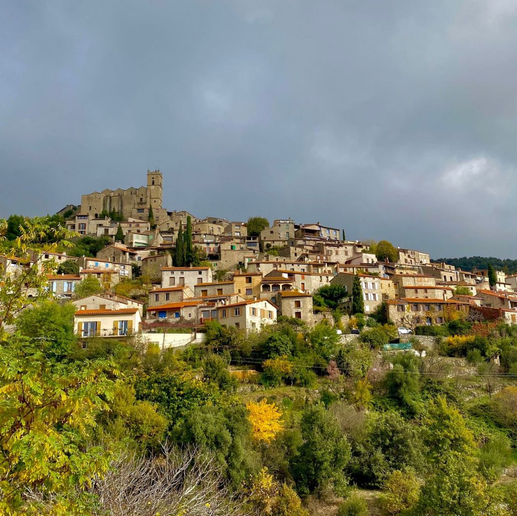 Le village médiéval d'Eus en novembre en automne 2020 voyage en camping car dans les pyrénées orientales site incontournable 66