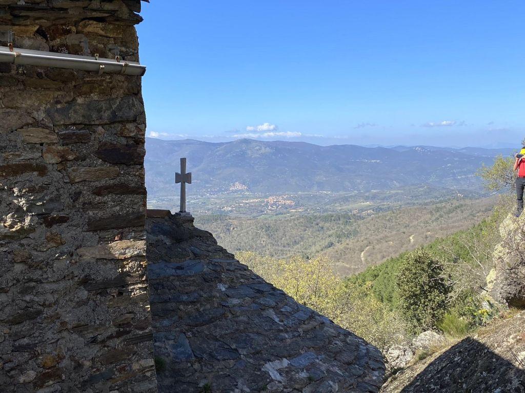 La petite chapelle de Sant Esteve dels Pomers vue vallée