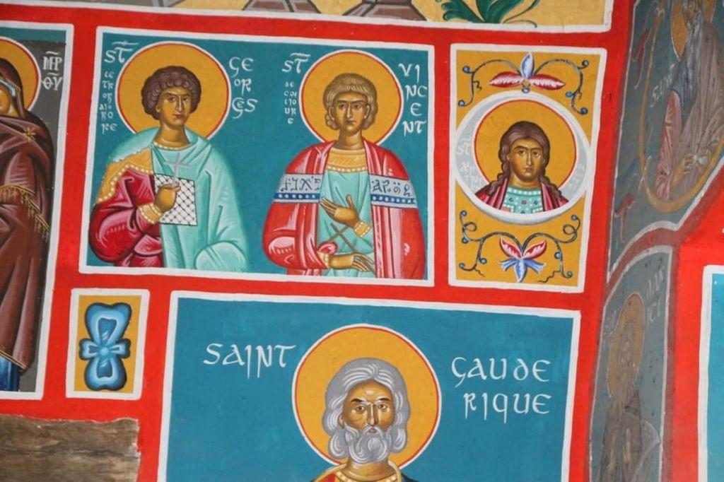 Chapelle petit ermitage orthodoxe canigou cassien iconnes peintes colorées