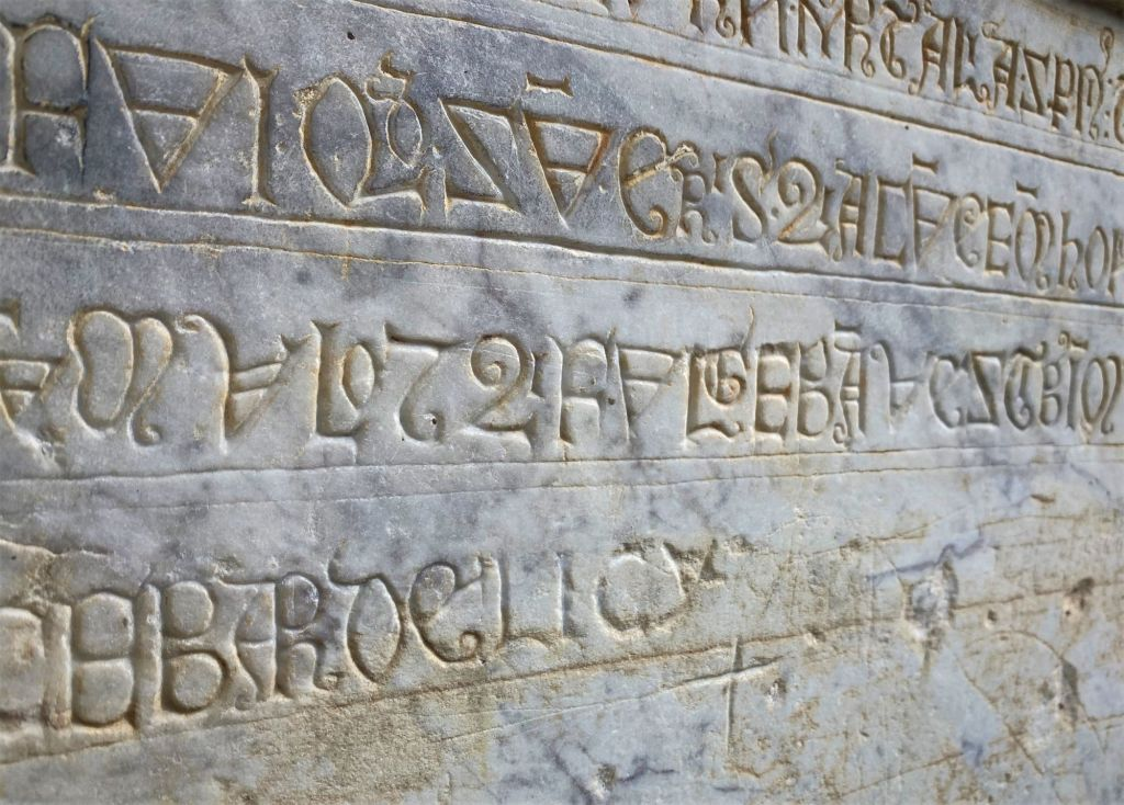 codex glyphe mystérieuse chapelle pyrénées