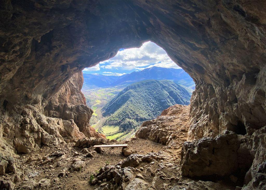 grotte secrète au dessus de la chapelle de Notre Dame de Vie rando villefranche de conflent pyrenees