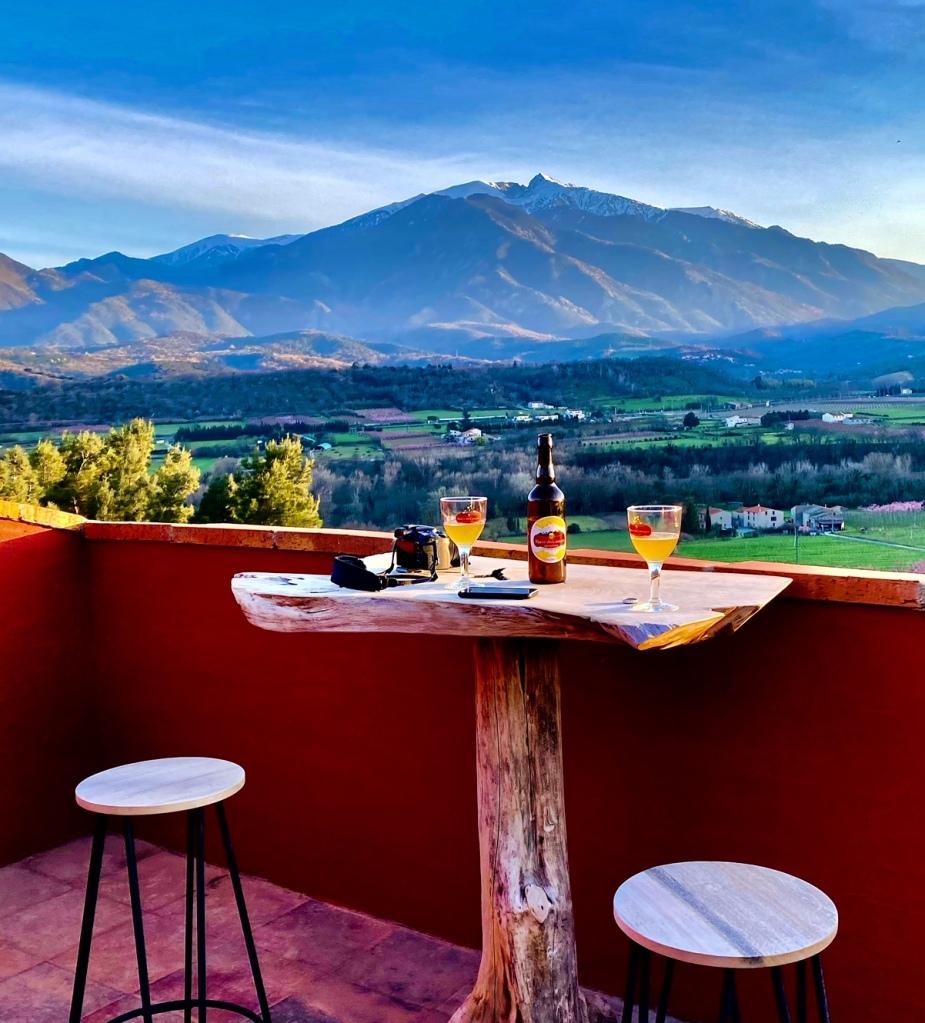 Apéro sur la terrasse ouverte de la suite Nuit étoilée suite nuit insolite perché panoramique pas cher pyrenees