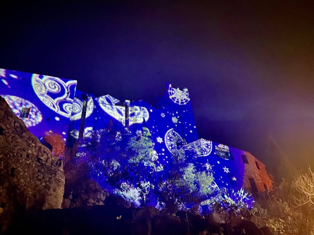 projection video sur l'eglise du village d'Eus à Noel