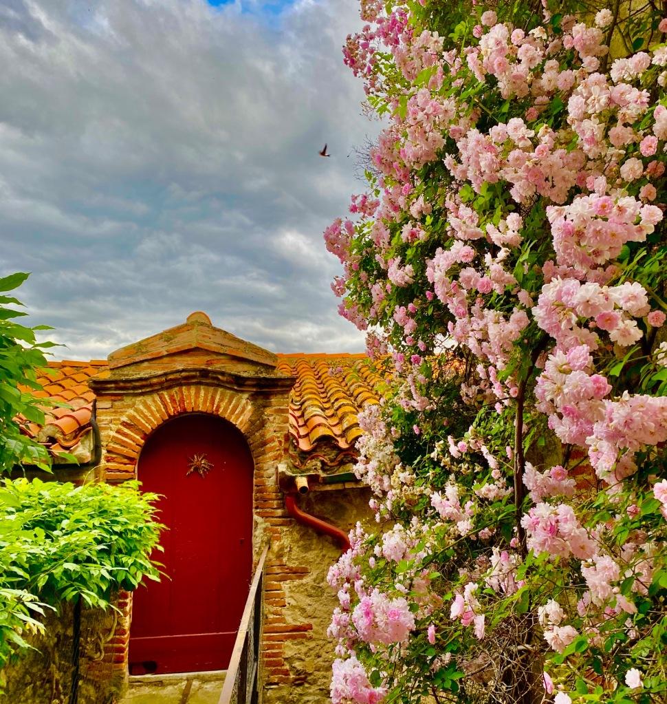 ruelle fleurie village typique sud de france eus 66