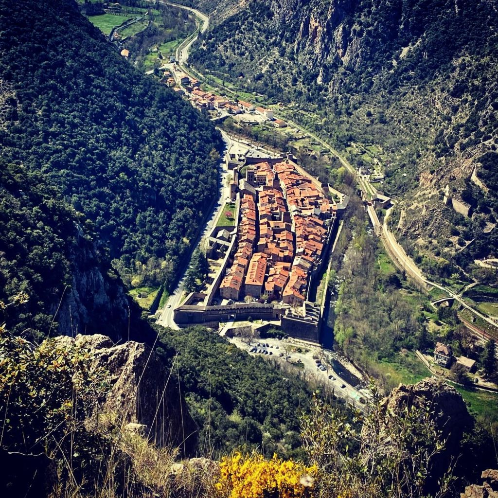 village fortifié de villefranche de conflent muraille vauban vue aerienne depuis le plateau d'ambulla ria
