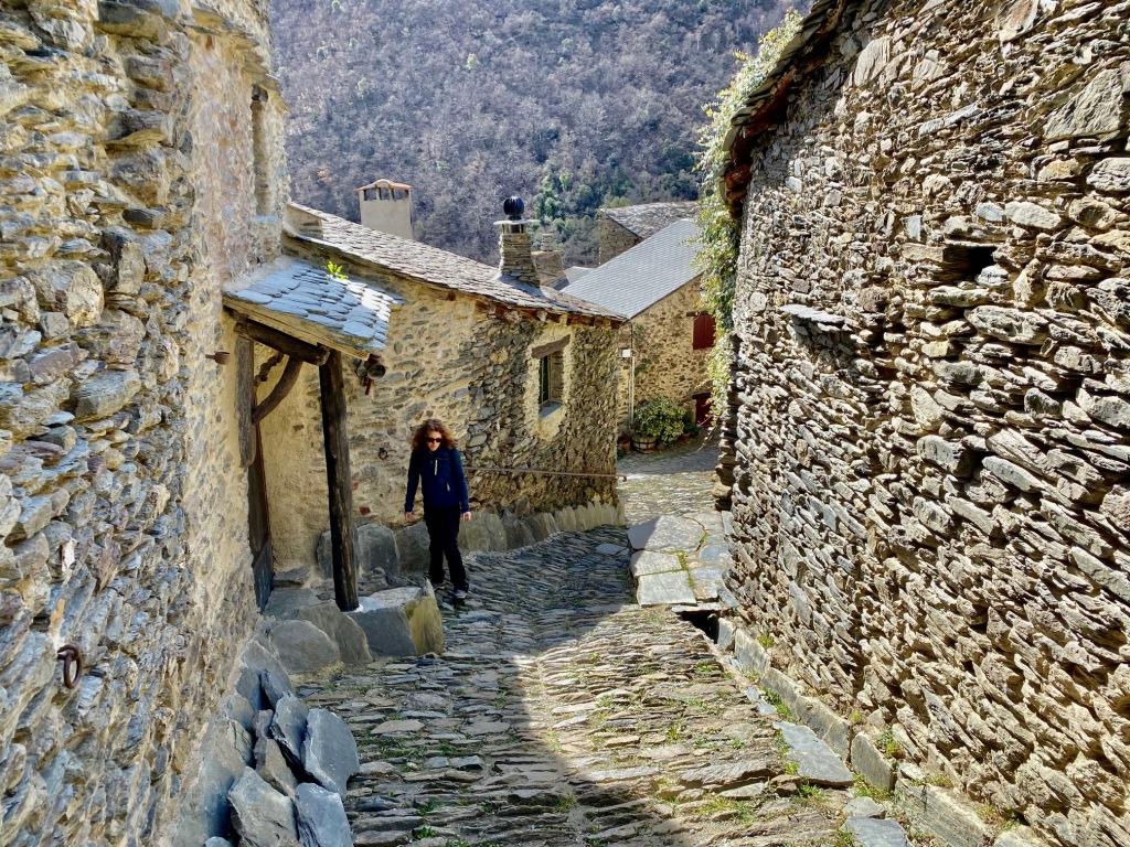 La visite guidée du village médiéval de Evol près de Olette dans les Pyrénées Orientales (Pyrénées Catalanes) sur le massif du Madres